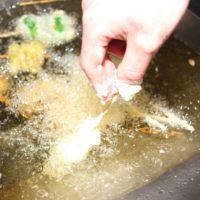 たった一手間で揚げ物をカラッと揚げる方法