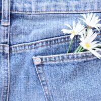 ズボンのポケットの片方にだけボタンが付いている理由