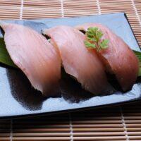 焼き魚の下に敷いてある葉っぱは何?